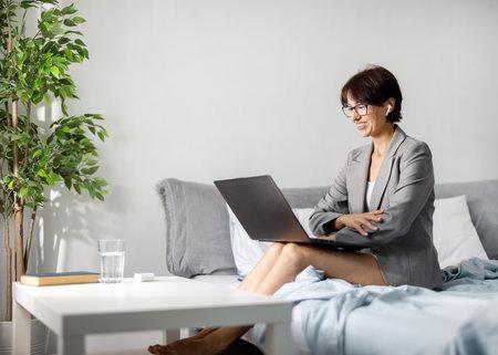 Woman working online at home 版權商用圖片