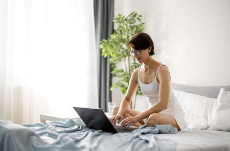 Woman using laptop in morning 版權商用圖片