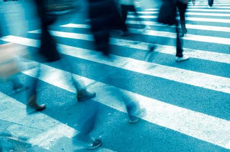 senda peatonal: Ocupado gran ciudad calle personas en paso de cebra