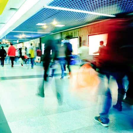 estacion de tren: Los pasajeros de negocios caminar en la estaci�n de metro en movimiento intencional borrosa