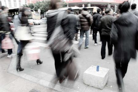 senda peatonal: Ocupado grandes gente de la ciudad en la calle paso de cebra