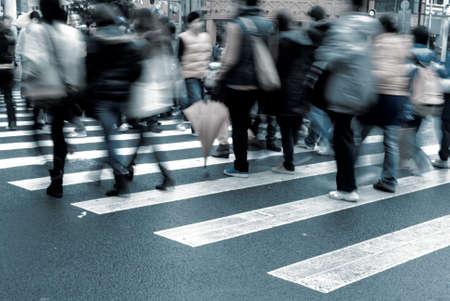 senda peatonal: la gente en la calle paso de cebra