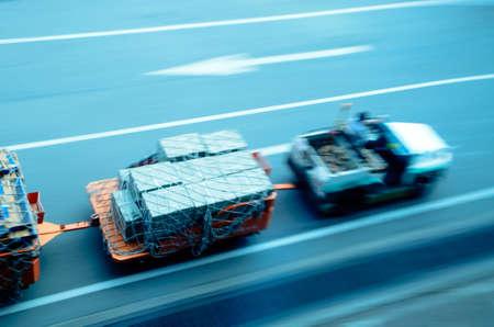 livraison de la voiture de fret sur l'aéroport de flou de mouvement