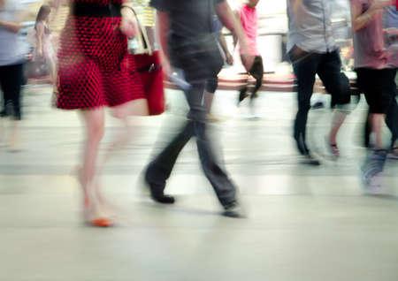 personas en la calle: la gente de negocios de movimiento abstracto fondo borroso