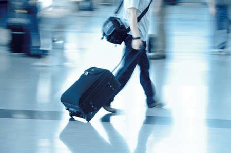 gente aeropuerto: a pie de pasajeros de la ciudad de desenfoque de movimiento