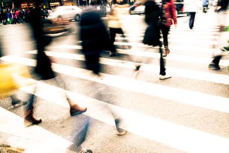 senda peatonal: Ocupado gran gente de la ciudad en la calle paso de cebra Foto de archivo