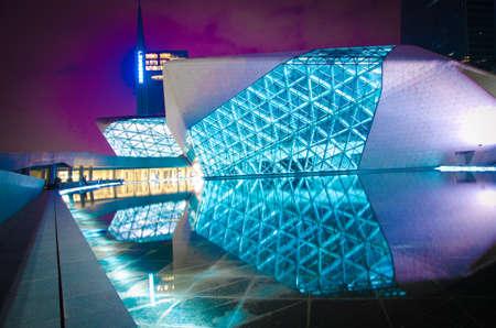 anochecer: Guangzhou, China - 05 de noviembre: Guangzhou Opera House en paisaje nocturno 05 de noviembre 2011 en Guangzhou, China. Ha sido diseñado por el arquitecto Zaha Hadid y se ha convertido en uno de los siete nuevos puntos de referencia en Guangzhou
