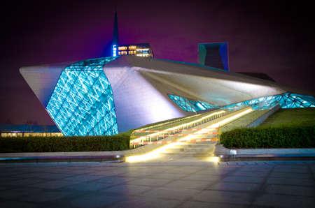 Guangzhou, China - 5. November: Guangzhou Opera House Nacht-Landschaft am 5. November 2011 in Guangzhou, China. Es wird von Architektin Zaha Hadid entworfen und hat sich zu einem der sieben neuen Wahrzeichen in Guangzhou Standard-Bild - 11625129