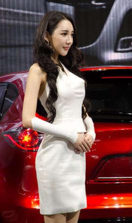 GUANGZHOU, CHINE - 26 nov: modèle non identifié avec la voiture concept Mazda minagi à l'exposition internationale de l'automobile en Chine neuvième. sur Novembre 26, 2011 in Guangzhou en Chine.