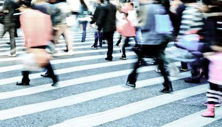 senda peatonal: la gente de la ciudad ocupada multitud en la calle paso de cebra Foto de archivo