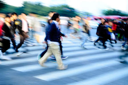 Geschäftigen Stadt Menschenmenge auf Zebrastreifen Straße Standard-Bild - 11730162