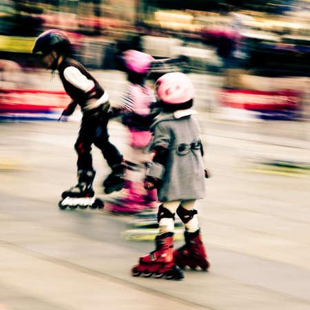 rollerblading: niño que juega en patines desenfoque de movimiento