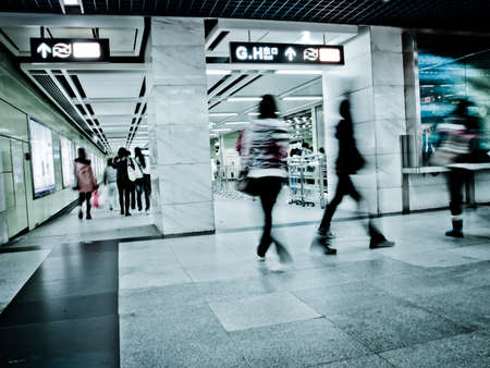 estacion de tren: A pie de negocios de pasajeros en la estación de metro en el movimiento intencional borrosa Foto de archivo