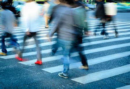 paso de peatones: la gente de la ciudad ocupada multitud en la calle paso de cebra Foto de archivo