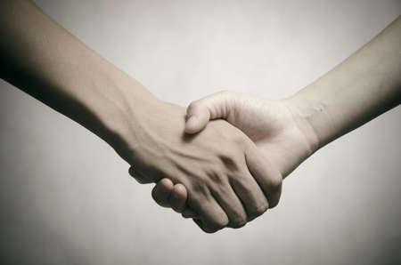 Business-Mann und Frau Händeschütteln, isoliert auf weiß Standard-Bild - 15486753