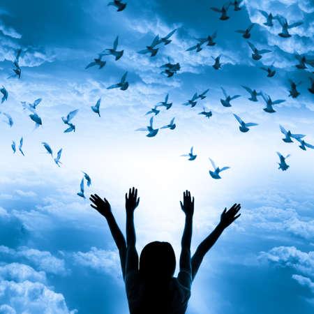 paz mundial: Silueta de la niña y la paloma volando sobre el cielo de fondo, la libertad y el concepto de paz Foto de archivo