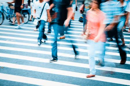 mensen lopen op grote stad straat, vage motie zebrapad abstract