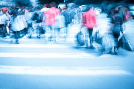 paso de peatones: Commuters cruce en hora punta, el desenfoque de movimiento Foto de archivo