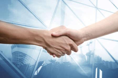 pacto: hombre de negocios y una mujer dándose la mano, aislados en blanco Foto de archivo