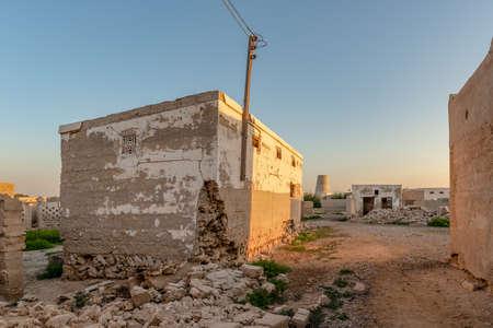 Abandoned house still standing, taken at sunset in the abandoned village of Al Jazirah Al Hamra, Emirate of Ras Al Khaimah, United Arab Emirates Standard-Bild