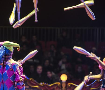 Jongleurs in het circus en het publiek