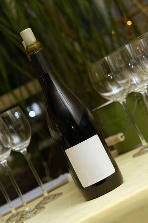 tabel: wine bottel en glas one a party tabel with blank label