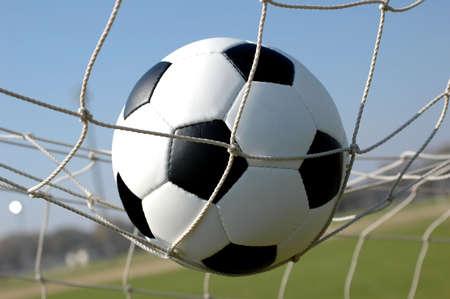 Net では、ゴールにサッカー ボール 写真素材