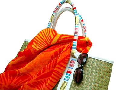 ビーチタオルとサングラス - クリッピング パスとビーチ バッグ