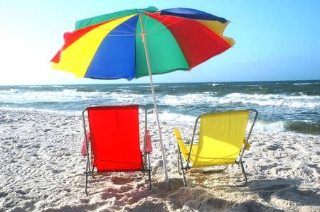 ビーチチェアおよび傘ビーチで早朝。 写真素材