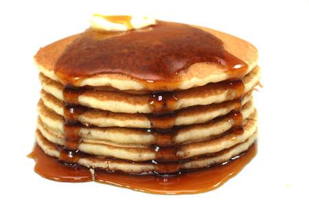 syrup: Pila de panqueques y el jarabe de aislados en fondo blanco.