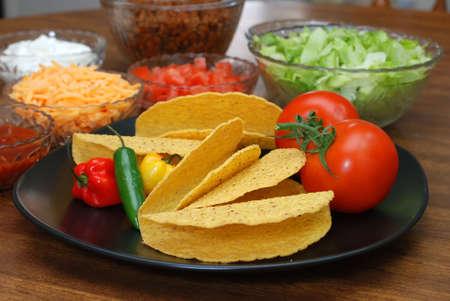 タコシェル、トマト、habanero とセラーノ唐辛子バック グラウンドでタコスの食材を使用。