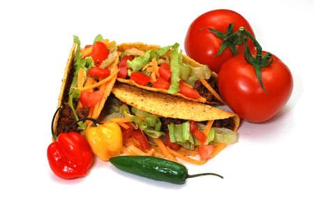 トマト、habanero、セラーノのタコスはピーマンします。 白い背景上に分離。