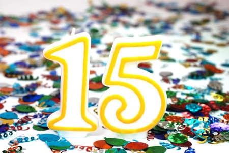 紙吹雪と 15 番お祝いキャンドル。