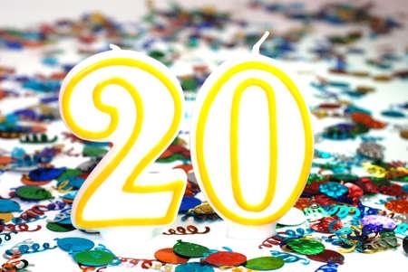 紙吹雪と 20 番お祝いキャンドル。
