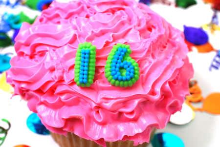 紙吹雪と数 16 お祝いケーキ。 写真素材 - 2835955