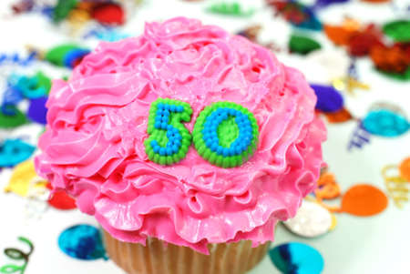 number 50: N�mero 50 celebraci�n cupcake con confeti.  Foto de archivo