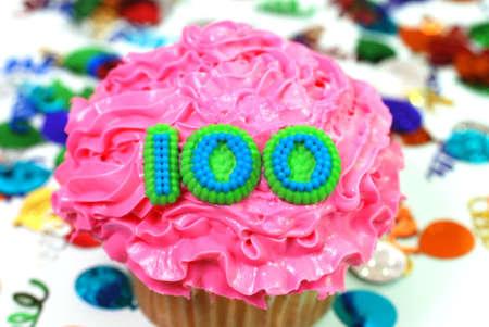 紙吹雪で数 100 のお祝いケーキ。