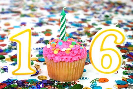 番号 16 お祝いケーキ キャンドルとバック グラウンドで紙吹雪を振りかける。