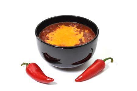 Kom chili met gesmolten kaas en rode paprika cayennepeper. Isolated on white background.