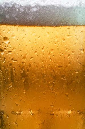凝縮を示す冷たいガラスのビールのマクロ。
