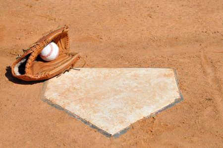 野球、ホーム プレートのコーナーの手袋。 写真素材