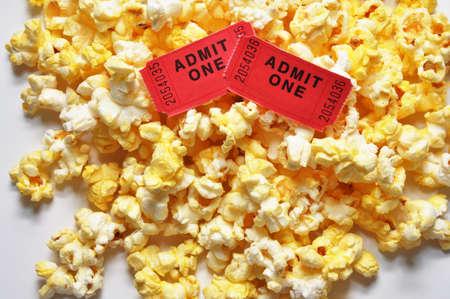 2 つの映画のチケットとポップコーン。