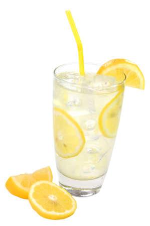 レモンとわらレモネードのガラス。パスと白い背景上に分離。