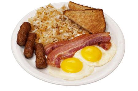 papas doradas: Plato de desayuno con huevos soleado hacia arriba, tocino, embutidos de enlace, hash browns y tostadas.