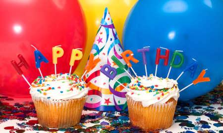 カップケーキ、キャンドル、バルーン、帽子、紙吹雪と誕生日パーティー。