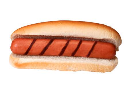 bollos: Llanura perro caliente con marcas de parrilla aislados sobre fondo blanco