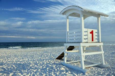 人けのないビーチで空のライフガードの小屋。
