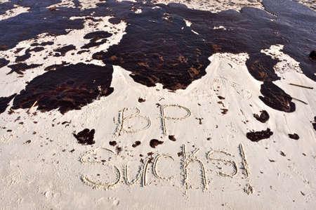 oil spill: BP di marea sulla spiaggia del Golfo del Messico.  BP SUCKS scritto nella sabbia. Editoriali