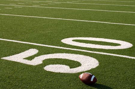 campo calcio: Seduta sul campo accanto alla linea 50 cantiere di football americano.