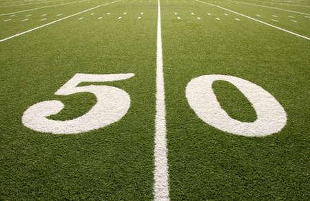 campo di calcio: Closeup della linea 50 cantiere sul campo di football americano.